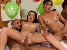 mature brunette petite amie ont décidé de avec trio