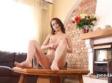 un beau sexe avec une rousse jeune fille sur la table dans la salle de la salle