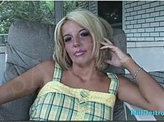 une blonde dans la lavande le soutien-gorge était couchée sur le canapé et lui lécher la chatte
