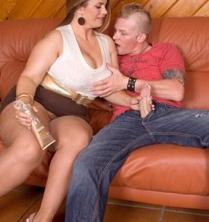 L'ange de BBW souriant avec un gros butin obtient son pantyhose déchiré et baisé rugueux