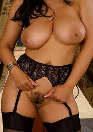 modèle matrimonial amateur en lingerie satinée au large des grandes bêtes et doigté