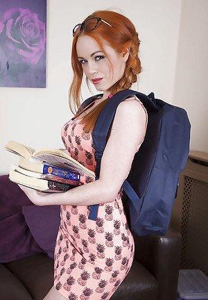 redhead babe euro ela Hughes exposant la pastille chaude dans les lunettes