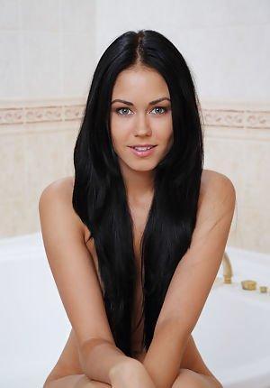 slender à la corbeille aux cheveux ravis, macy se détache dans la salle de bain